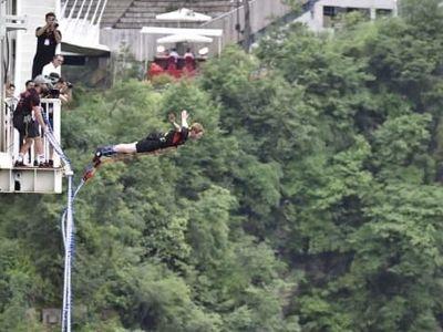 Bungee Jumping Tertinggi Dunia di Jembatan Kaca Tertinggi