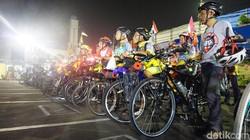 Sekitar 15 pesepeda menjajal kemampuan fisiknya, mudik dengan cara tak biasa. Mereka akan gowes ratusan kilometer untuk mudik ke kampung halaman.
