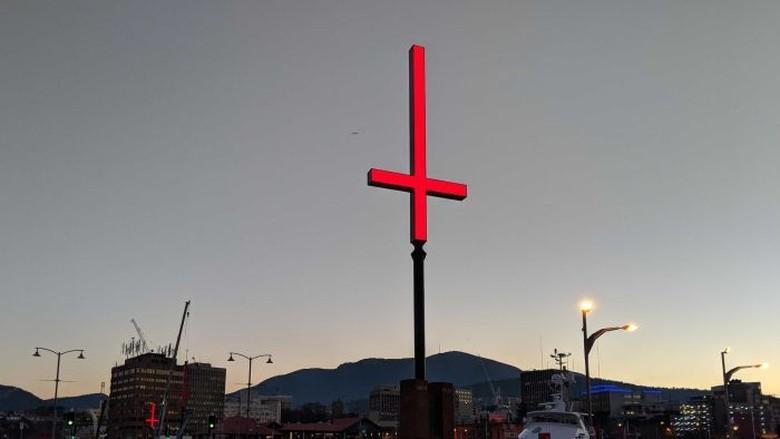 Salib Terbalik di Tasmania Menyinggung Orang Kristen