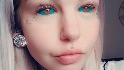 Potret si cantik bermata biru Amber Luke yang mentato kedua bola matanya. Bukan hanya itu, ia juga membuat lidahnya terbelah menjadi dua.