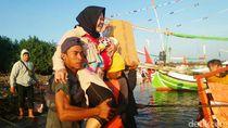 Ojek Gendong di Pelabuhan Jangkar: Tidak Seramai Tahun Lalu