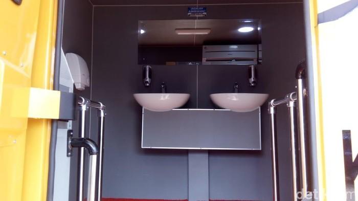 Mobil toilet VVIP di Rest Area sementara Koripan, Kabupaten Semarang. Foto: Eko Susanto/detikcom