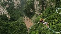 Lokasi bungee jumping tertinggi di dunia ini ada di Jembatan Kaca Grand Canyon Zhangjiajie, nah wahana ekstrem itu ada di bawahnya. Bungee jumping ini setinggi 260 meter. Istimewa/dok.CNN Travel