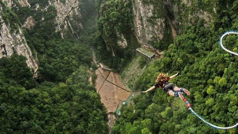 Foto: Lokasi bungee jumping tertinggi di dunia ini ada di Zhangjiajie, Provinsi Hunan, China. Seseorang sedang melakukan bungee jumping (CNN Travel)