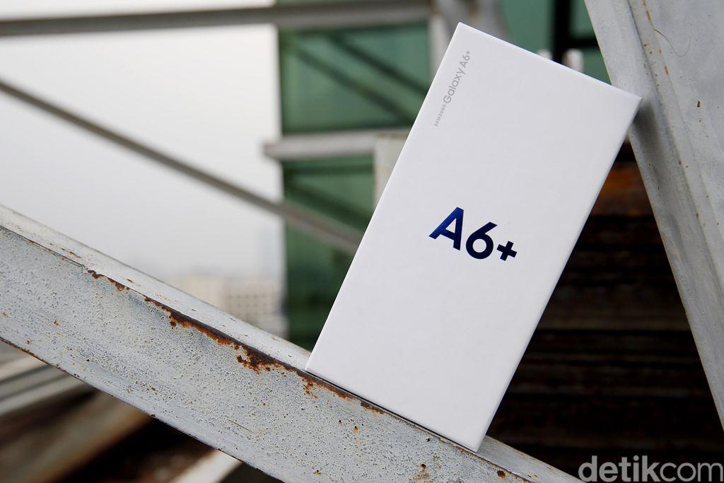 Ini kemasan Galaxy A6+ dengan warna putih dan logo besar A6+ berwarna biru. Foto: Muhammad Ridho