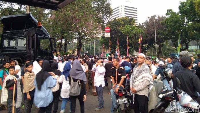 Foto: Massa pendemo Kedubes AS mulai membubarkan diri usai orasi di Taman Aspirasi (Yuni Ayu/detikcom)