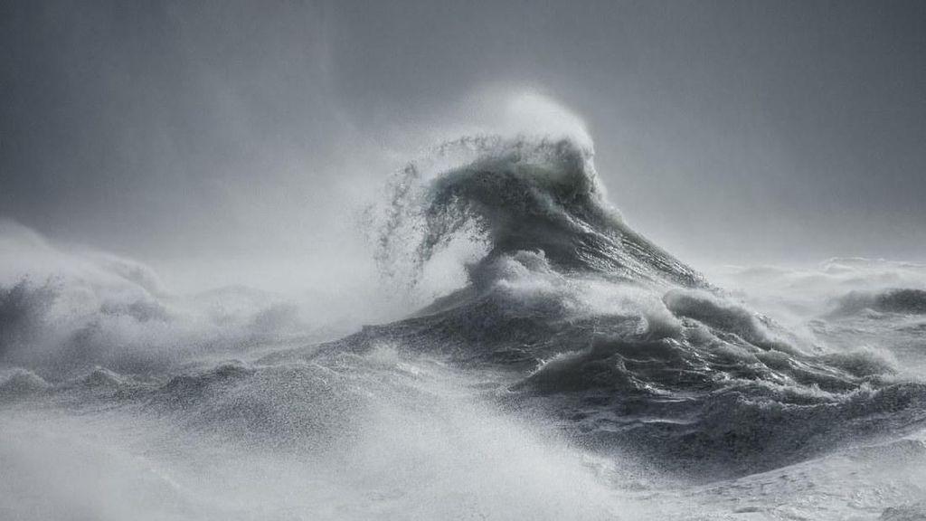 Potret Kedahsyatan Gelombang Badai yang Mirip Makhluk Mitologi