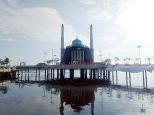 Mudik ke Makassar, Bisa Wisata Religi Sambil Menikmati Laut