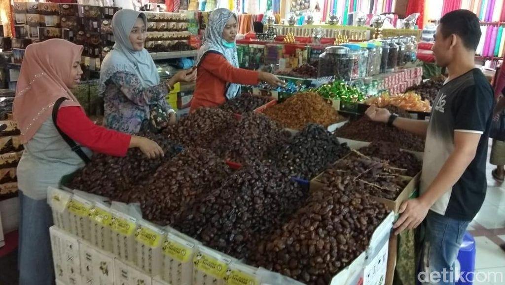 Pedagang Kurma Sebut Pendapatan Turun Dibanding Tahun Lalu