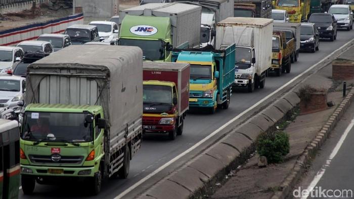 Kemenhub mengimbau truk untuk tidak melewati Tol Jakarta-Cikampek. Terbukti, hari ini masih saja ada truk yang melintas.