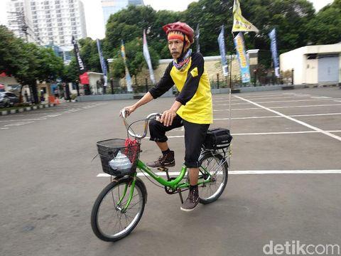 Bukan sepeda mahal yang dipakainya, sepeda mini tersebut cuma Rp 120 ribu!