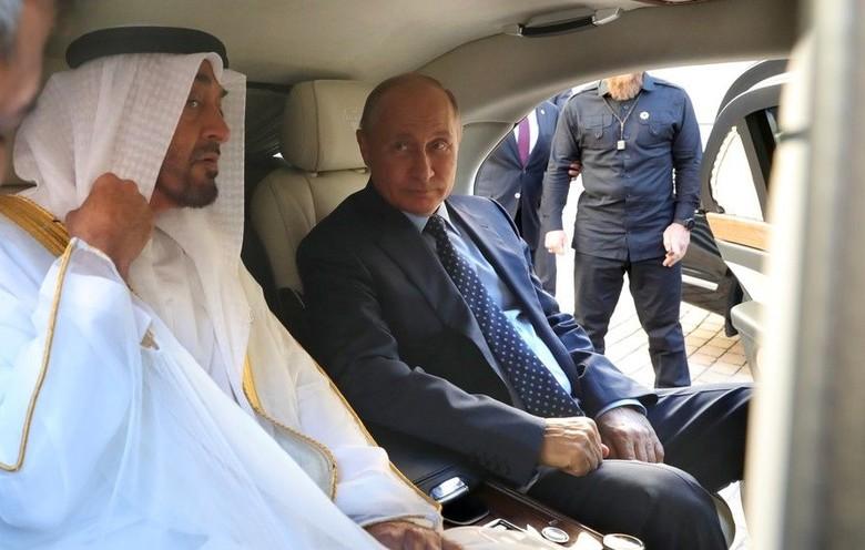 Vladimir Putin Pamer Mobil Dinas ke Pangeran Abu Dhabi. Foto: Screenshot YouTube