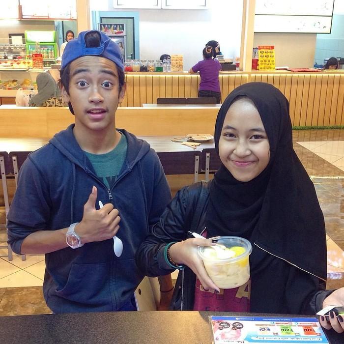 Abidzar Al Ghifari merupakan anak kedua pasangan Ustaz Jeffry Al Buchori dan Pipik Dian Irawati. Ini saat Abidzar dan sang kakak, Adiba makan snow ice cream bersama di salah satu pusat perbelanjaan Jogja. Foto: Instagram qqtaiwanese