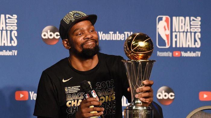 Kevin Durant menjadi MVP Final NBA 2018 usai mengantarkan Warriors juara. (Foto: Jason Miller/Getty Images)