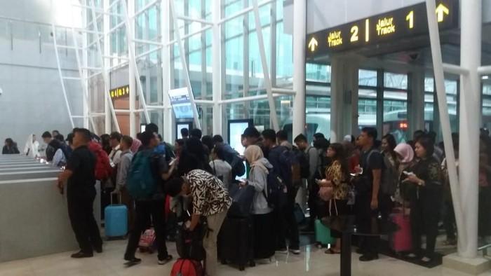 Kereta Bandara Soekarno Hatta Diserbu Pemudik