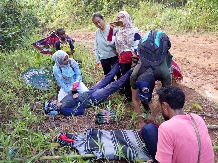 Wanita yang terbaring lemas di tengah hutan ini sebetulnya bukan pasien. Ia adalah bidan dari tim Nusantara Sehat yang bertugas di Puskesmas Ninati, Kabupaten Boven Digoel, Papua. (Foto: Facebook/Amalia Usmaianti)
