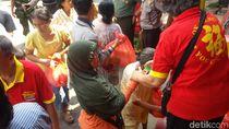 Jelang Lebaran, Klenteng di Yogya Bagikan Paket Sembako Ke Warga