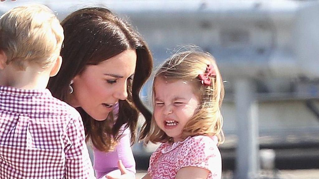 Bahasa Tubuh William dan Kate Middleton Saat Tenangkan sang Anak