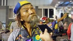 Usia John mungkin sudah terbilang lanjut usia, namun pria ini sudah menaklukkan 114 kabupaten di Indonesia hanya dengan gowes. Begini rahasianya!
