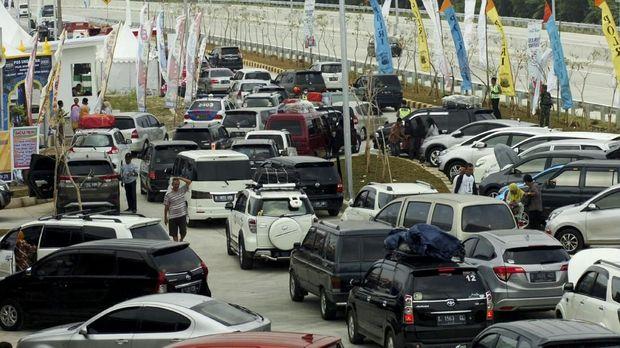 Kepadatan kendaraan di rest area tol fungsional, Penarukan, Tegal, Jawa Tengah, Sabtu (9/6).