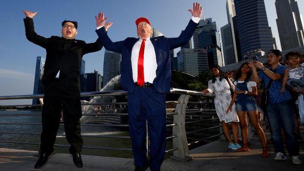 Howard X bersama Dennis Alan menirukan Kim Jong Un dan Donald Trump.