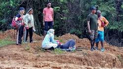 Di media sosial beredar foto-foto yang diunggah oleh seorang dokter dari pedalaman Papua. Ia bercerita bagaimana beratnya tugas pelayanan kesehatan di sana.
