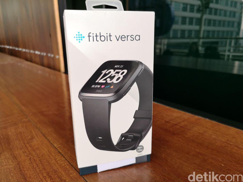 Fitbit Versa hadir ke Indonesia bersama dengan jajaran produk wearable Fitbit yang lain. Produk ini merupakan smartwatch terbaru dari Fitbit yang memiliki fungsi utama sebagai pemantau kesehatan. Foto: Muhammad Alif Goenawan/detikINET