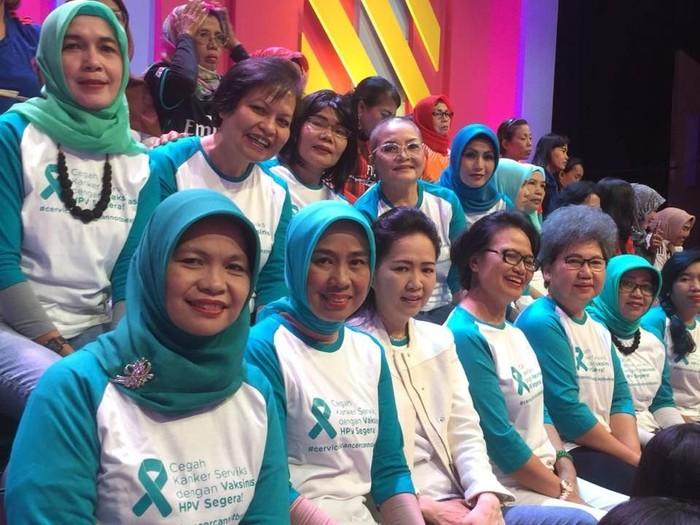Elly (kedua dari kiri bawah) di Brownis TransTV acara mengenang setahun Jupe/Foto: Elly Mawati/dok.pribadi