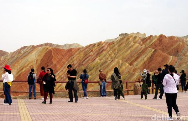 Bentuk lanskap yang bergunung-gunung di Zhangye-Danxia seperti yang kita lihat sekarang, ternyata dulunya adalah laut. Usianya diperkirakan sudah mencapai jutaan tahun.