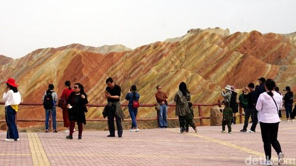 Destinasi ini pun menarik minat banyak wisatawan. Tak hanya dari dalam China saja, tetapi juga dari berbagai negara. Terutama juga wisatawan muslim yang ingin melihat sendiri gunung yang disebut dalam Al Quran Surat Al Fathir ayat 27. (Wahyu/detikTravel)