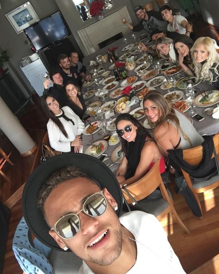 Tertulis, Friends. Pemilik nama asli Neymar da Silva Santos Júnior pun terlihat bahagia ketika berkumpul dengan teman-temannya. Lihat saja ada banyak sekali makanan yang mereka cicip. Habis tuh? Foto: Instagram @neymarjr