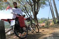 Devan tengah istirahat dalam perjalanan mudiknya dari Tangerang ke Tasikmalaya.