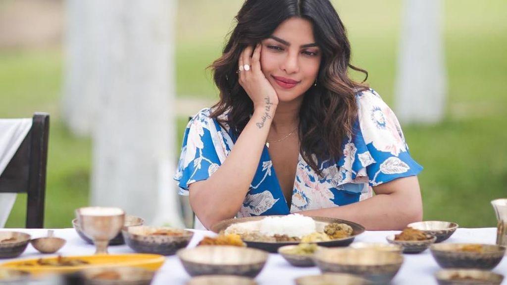 Cantiknya Priyanka Chopra Saat Makan Burger, Salad hingga Donat