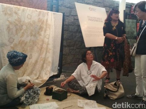 Cerita Perajin dari Gresik yang Ikut Promosikan Batik di Paris