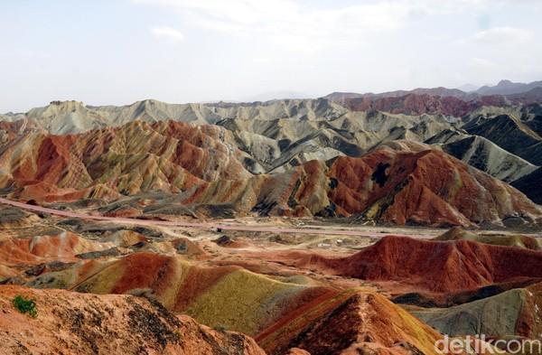 Inilah Rainbow Mountain alias Gunung Pelangi, keajaiban alam yang berada di dalam wilayah Zhangye-Danxia Geological Park.