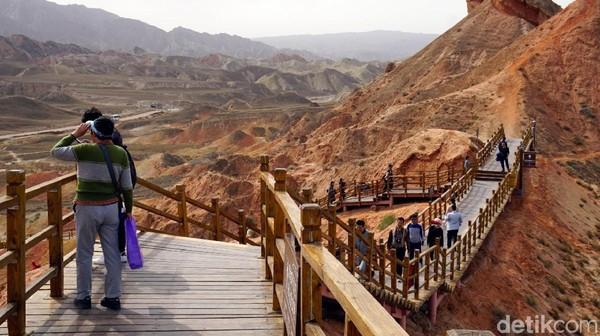 Ini spot nomor 4 untuk menikmati Gunung Pelangi. Untuk makin maksimal, disediakan tangga agar traveler bisa menyaksikan keajaiban alam ini dari atas ketinggian, seperti di Pulau Padar. (Wahyu/detikTravel)