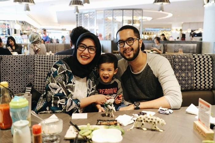 Begini gaya keluarga kecil Revalina saat makan di salah satu restoran Jepang Jakarta. Mereka terlihat sangat intim dan mesra, ya. Menurut Reva, salmon special roll di sini enak. Foto: Instagram @vatemat
