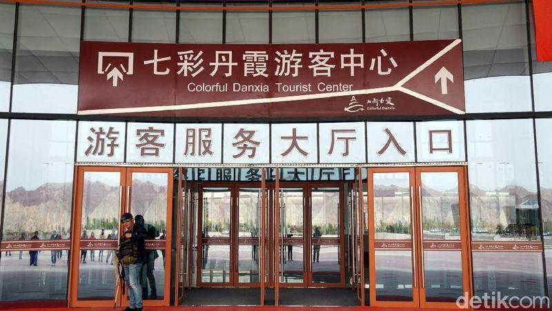 Gunung Pelangi ini masuk dalam area Zhangye-Danxia Geological Park. Objek wisata ini sudah dikelola dengan sangat baik, kita wajib membeli tiket seharga 95 Yuan (Rp 200 ribuan), setelah itu baru naik bus keliling area taman nasional. (Wahyu/detikTravel)