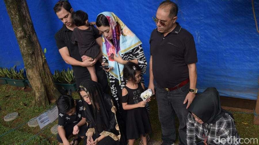 Keluarga Ziarah ke Makam Jupe