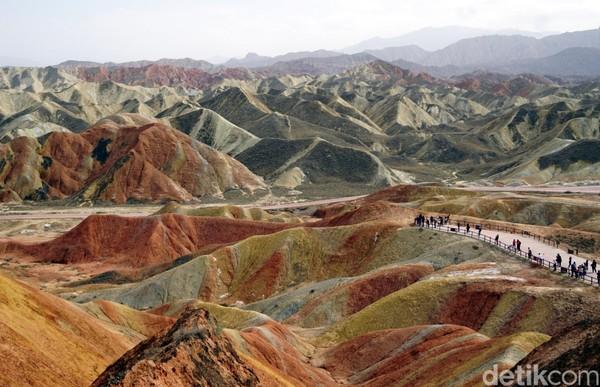 Lapisan tanah yang berwarna-warni di gunung ini diperkirakan terbentuk dari letusan gunung berapi bawah laut yang sudah terjadi jutaan tahun silam. Letusan ini tak hanya berlangsung sekali, tetapi berkali-kali.