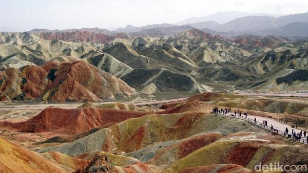 Dalam ayat itu disebutkan, tak hanya berwarna putih, merah dan pelangi, ada juga gunung yang berwarna hitam pekat. Inilah mukjizat Al Quran yang beribu tahun lalu Allah sudah ungkapkan, yang diturunkan melalui perantara Jibril ke Nabi Muhammad SAW. (Wahyu/detikTravel)