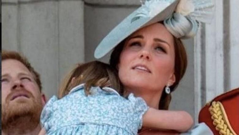 Keibuan! Sigapnya Kate Middleton saat Putri Charlotte Terjatuh