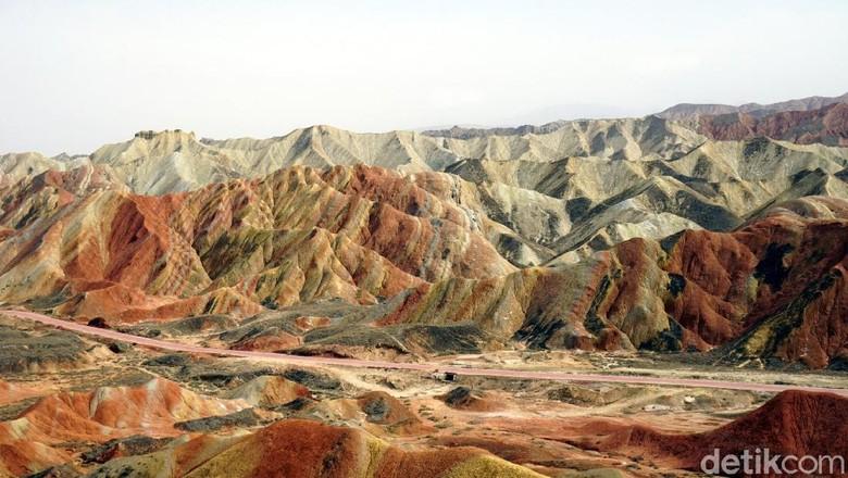 Foto: Gunung Pelangi di China yang disebut dalam Al Quran (Wahyu/detikTravel)