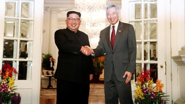 Kim Jong Un memakai mao suit saat ke Singapura