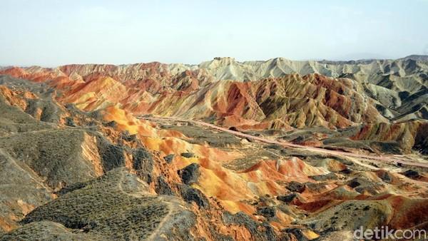Tentu ada penjelasan ilmiah di balik fenomena alam ini. Menurut kajian ilmu Geologi, semburat warna batuan ini disebabkan oleh kandungan mineral dan senyawa lainnya seperti ferrit (merah), sulfur (kuning), dll. (Wahyu/detikTravel)