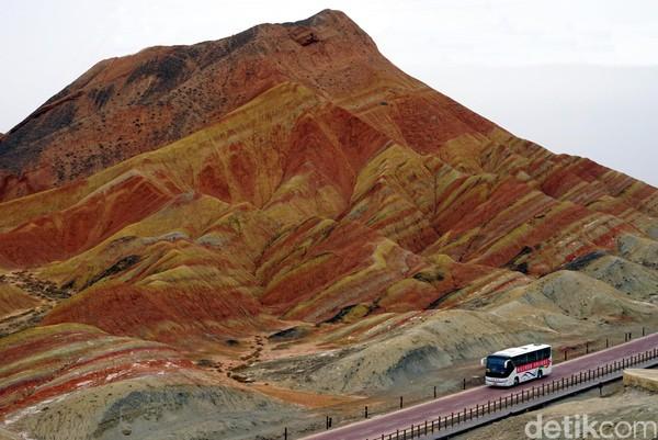 Nama Gunung Pelangi baru mulai naik daun di awal tahun 2000-an. Fotonya yang cantik pun banyak beredar sehingga mengundang orang untuk datang ke sini.