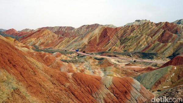 Bagaimana Allah bisa menciptakan gunung dengan semburat warna-warni serupa pelangi, jika Dia tidak punya kuasa atas alam semesta. Terkait ini, Allah bahkan sudah berfirman di Surat Al Fathir ayat 27. (Wahyu/detikTravel)
