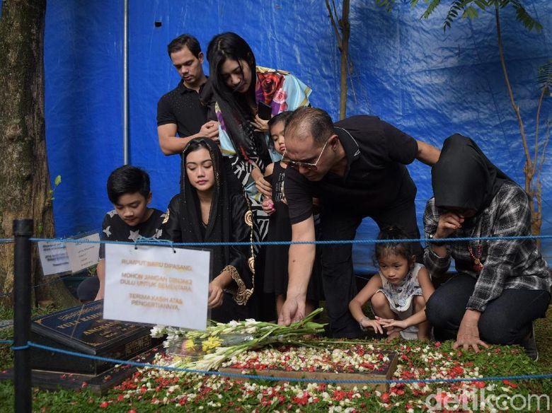 Keluarga terlihat mengunjungi makam Jupe. Foto: Keluarga Jupe (Noel/detikHOT)
