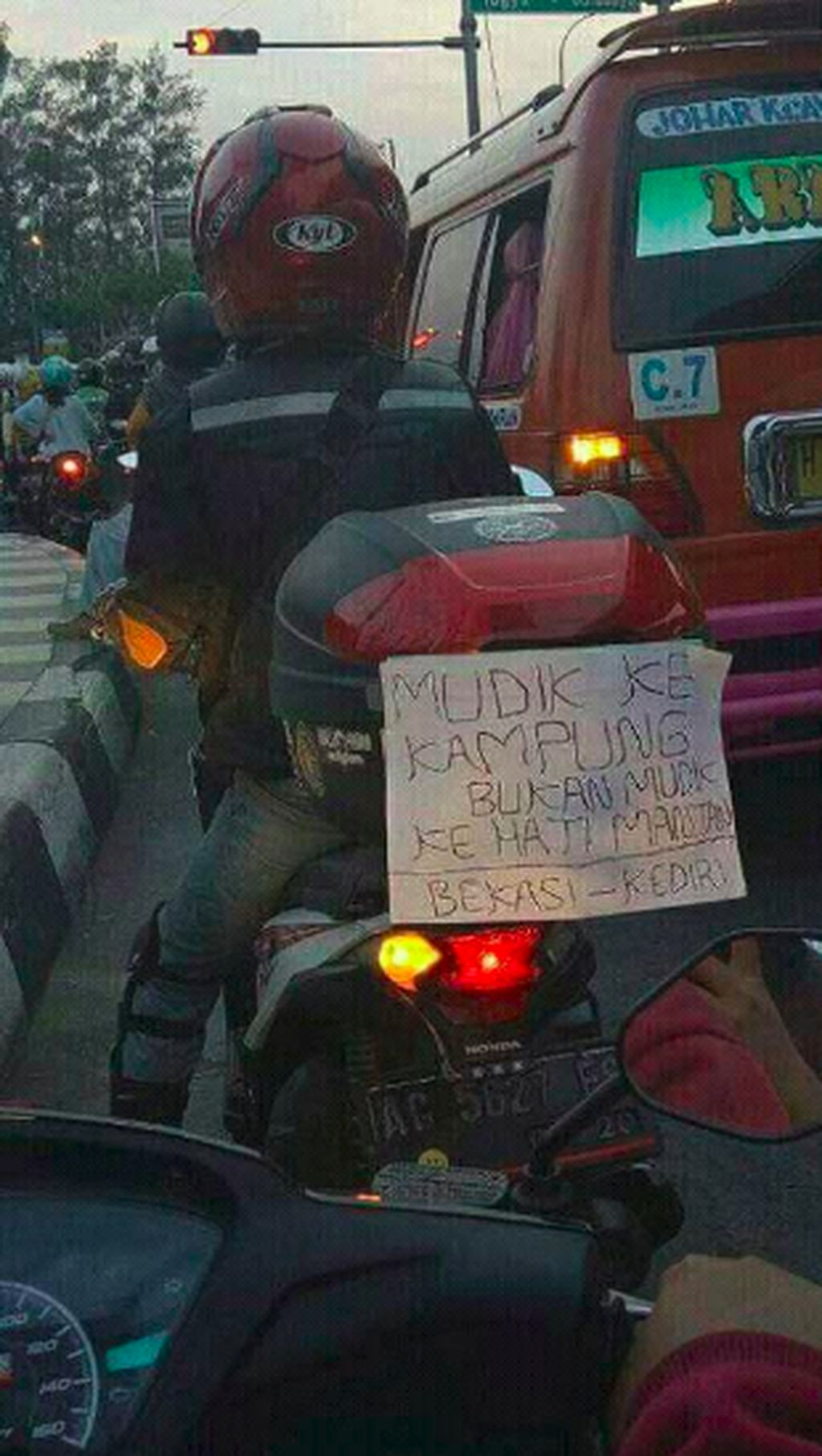 Biasanya tulisan ini banyak terpajang di para pengendara motor. Tak sedikit tulisannya mengandung humor, seakan-akan jadi penghibur di jalanan. Foto: Internet