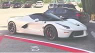 Bela Tim Mercedes, Hamilton Justru Koleksi Mobil Ferrari